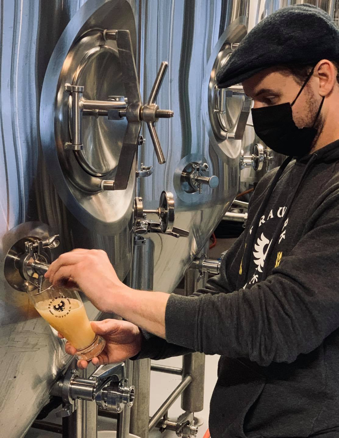 Brauwerk Hoffman Rockland Brewery pouring a beer for tasting